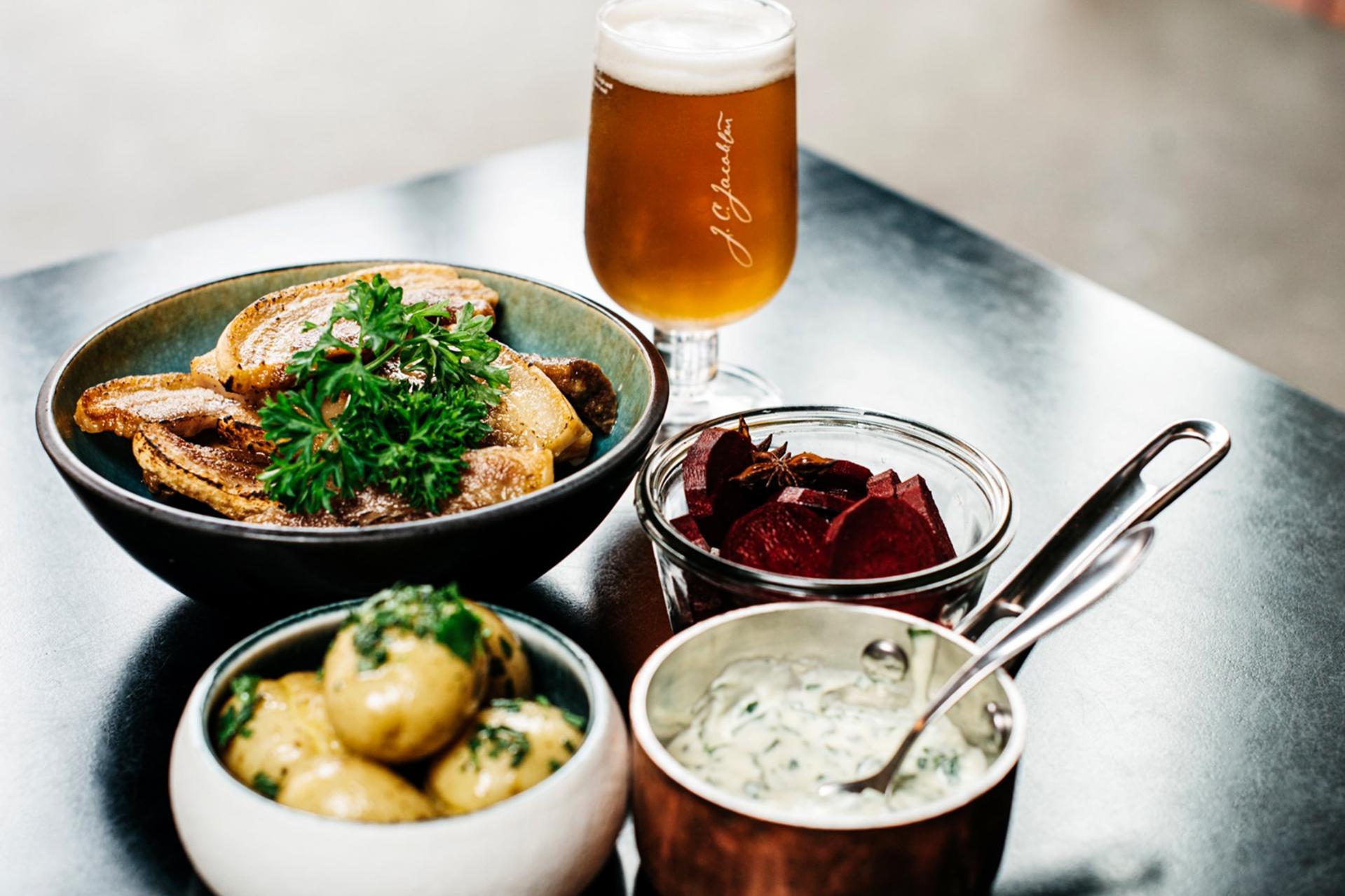 Spiselauget på Godsbanen: Spis flæsk og drik øl til du revner