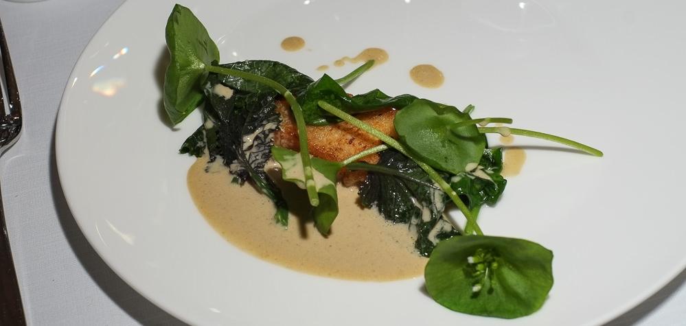 Stegt pighvar og små, friske, grønne salatblade med-en sauce på grillet hjertesalat på Tree Top i Vejle