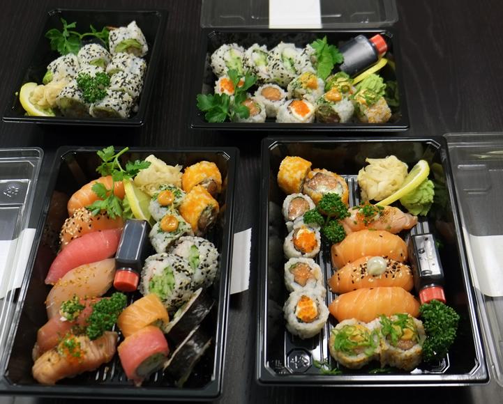 Sushi som lige er åbnet efter levering