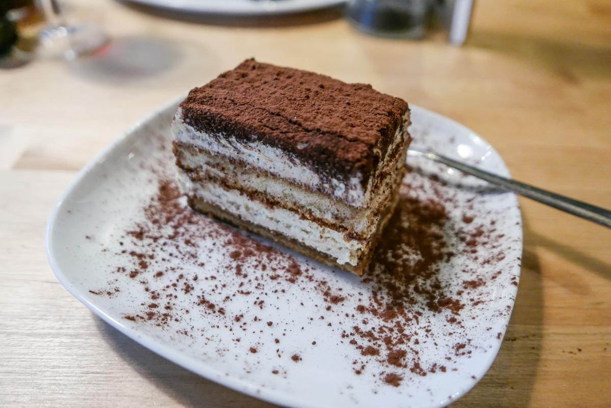 Tiramisu til dessert hos Casa Mia på Trøjborg