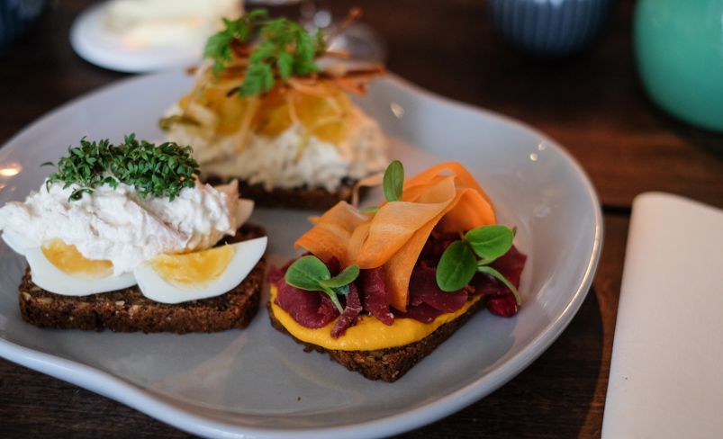 Tre stykker smørrebrød på Kählers Spisesalon