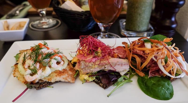 Tre stykker uspecificeret smørrebrød på Krofatter's mad- og ølbar