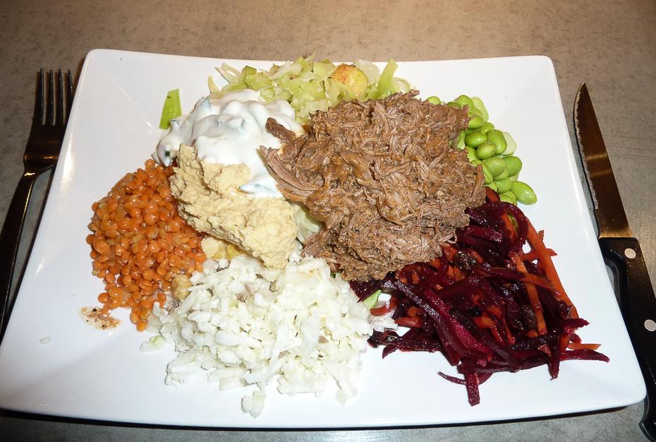 Vores egen salat med 100 gram langtidsstegt okse og krydderier på Café Stay i Aarhus_