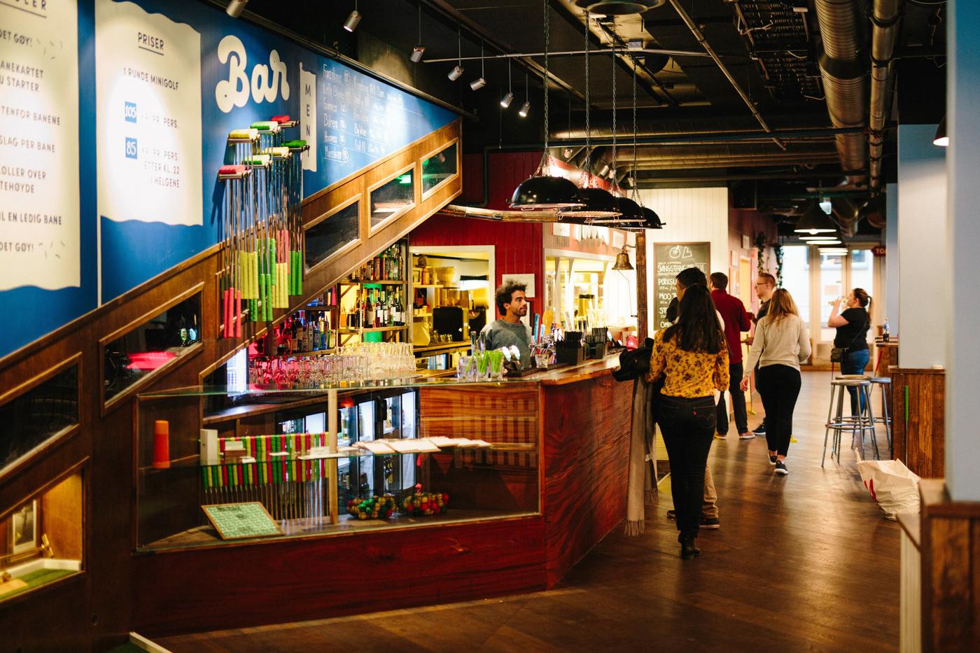 Bingo på minigolfbar: Vind golf, mad og fri bar for 5 personer