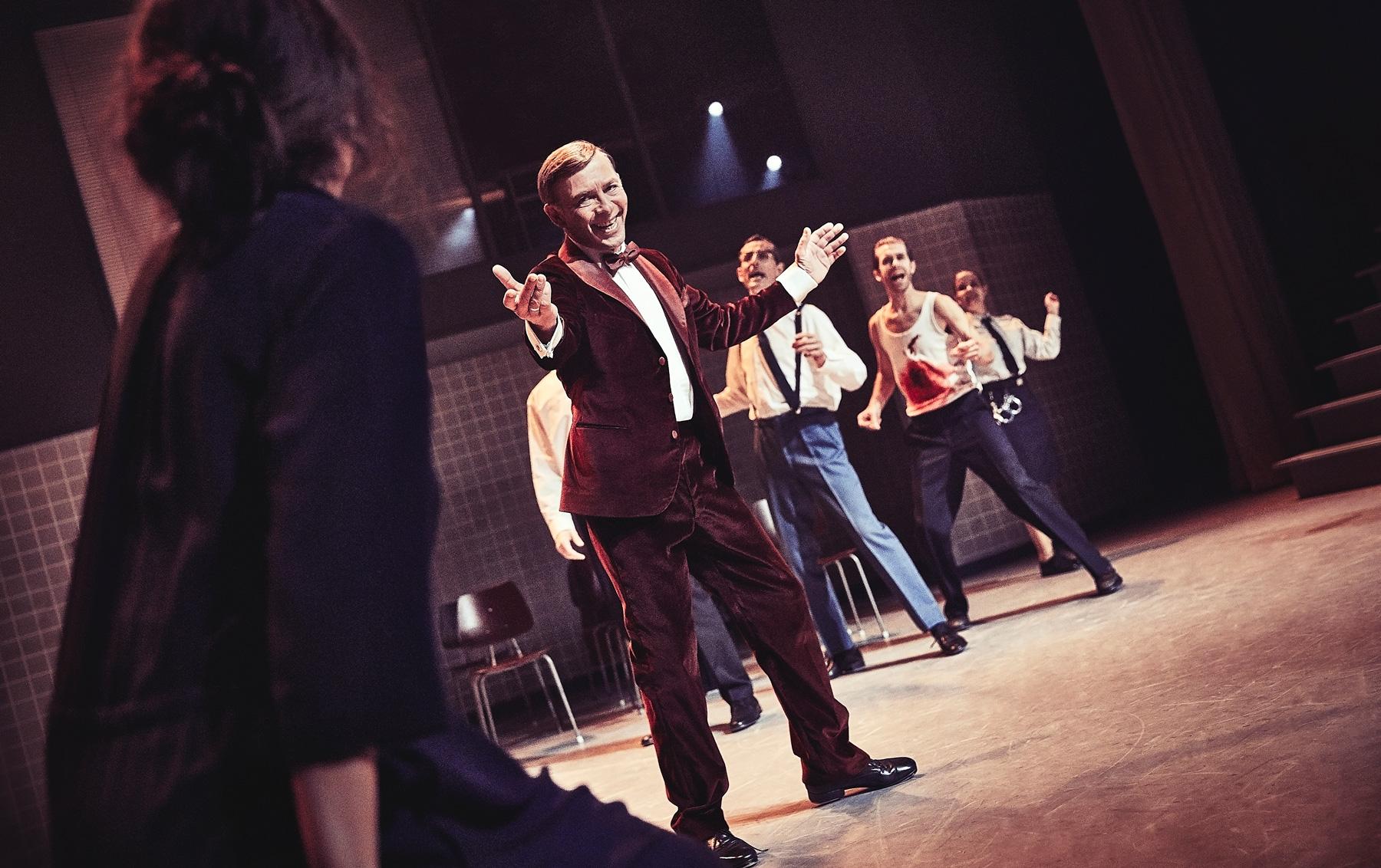 """Anmeldelse: Teaterudgaven af """"Dancer in the Dark"""" bankede til det store følelsesapparat"""