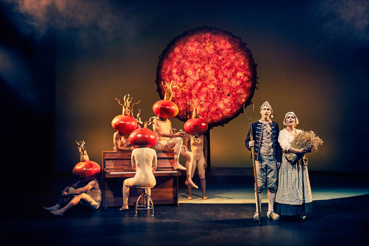 Simon Kvamm remixer den danske sangskat på Aarhus Teater