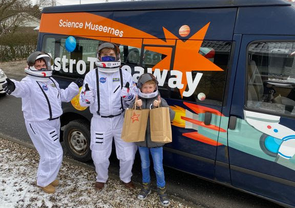 10-årge Magnus ventede spændt på at modtage sin AstroTakeaway leveret af to astrobude i rumbus fra Science Museerne i Aarhus