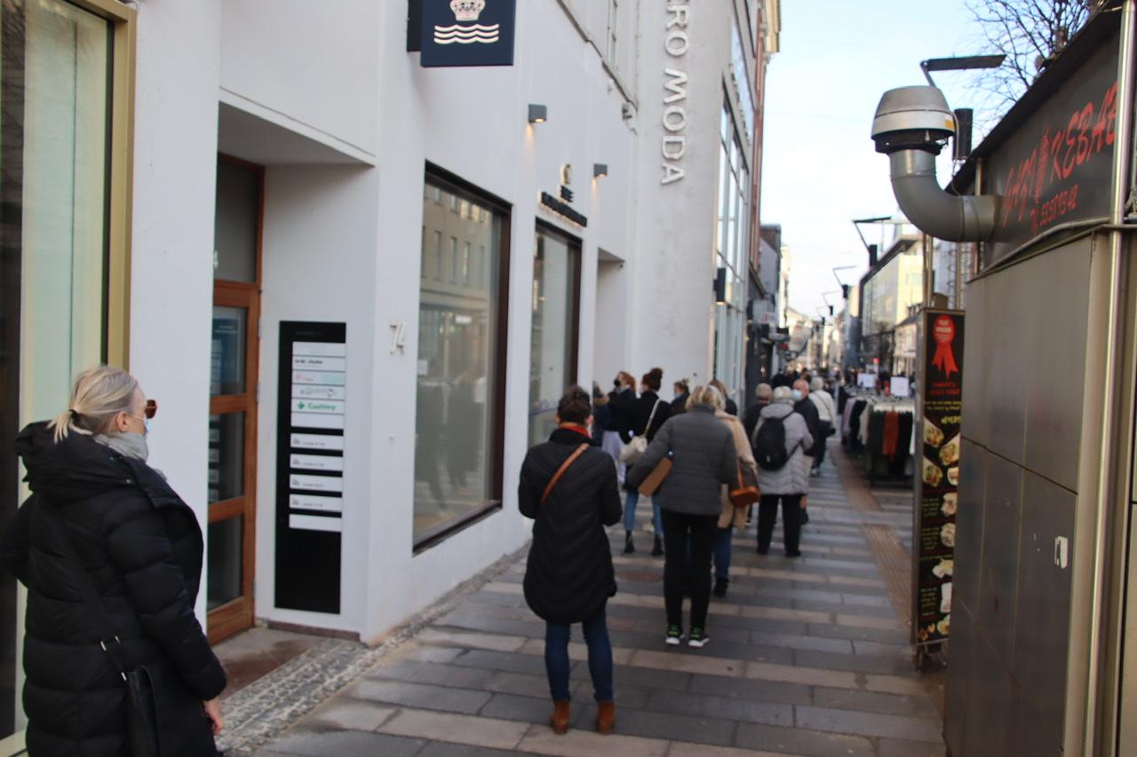 Masser af liv i midtbyens gader: Kæmpe kø da Royal Copenhagen åbnede ny butik