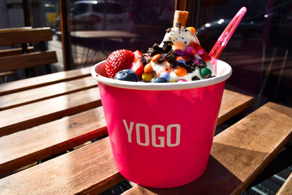 Is, frappé og bland selv-slik: Frozen yoghurt-univers genåbner med nye lækkerier på menuen