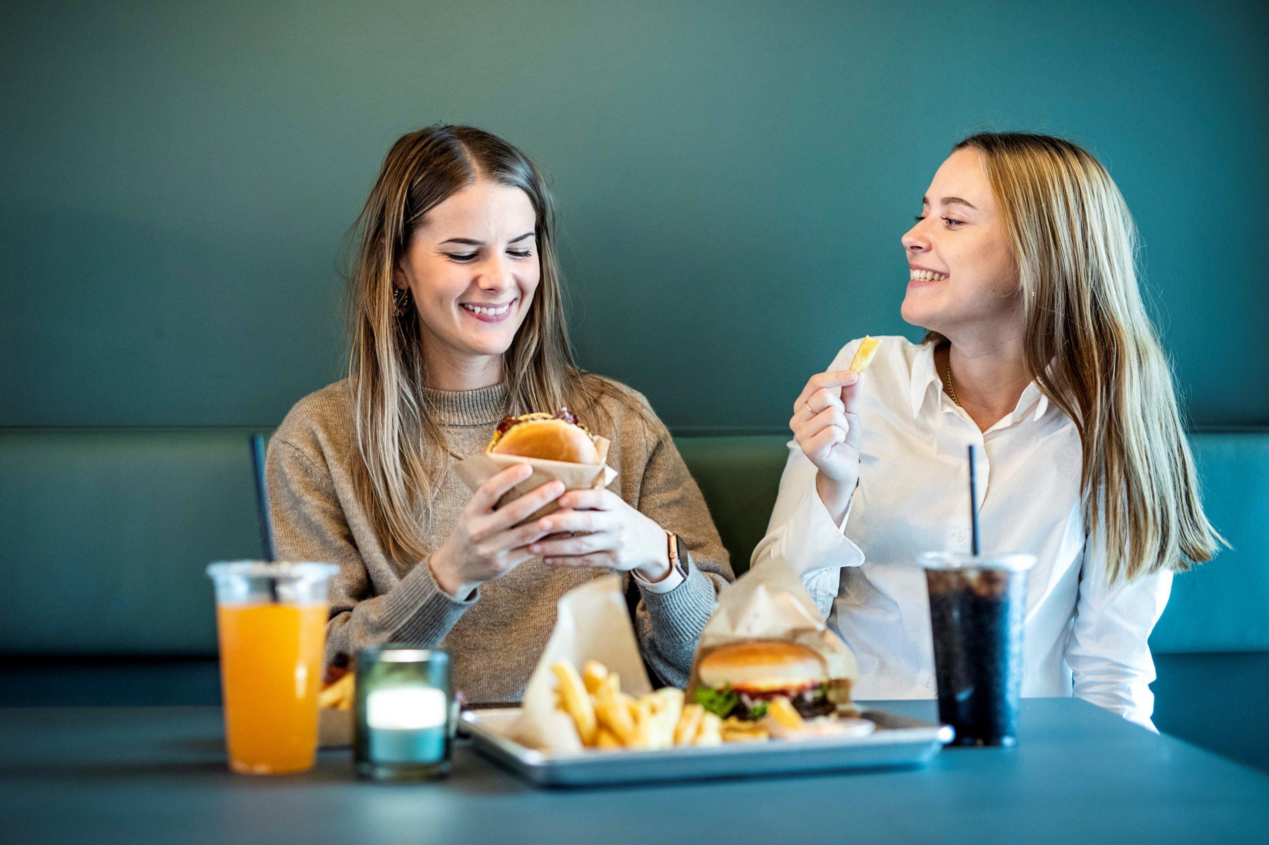 Saftige burgere til gode priser: Burgerkæde åbner restaurant i Viby