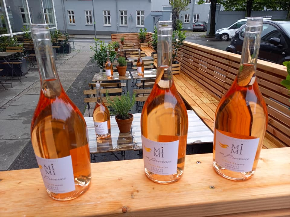 Nyd solen med gratis rosé: Vinbar fejrer ny udeservering