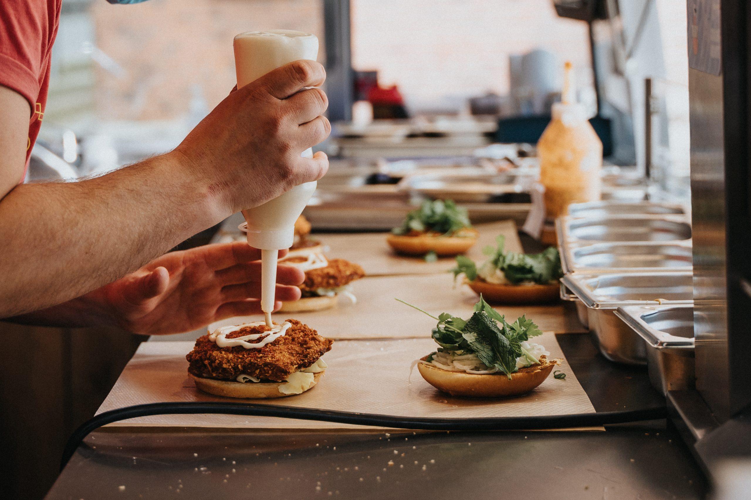 Serveret fra campingvogn på havnen: Nye, smagfulde burgere i Aarhus
