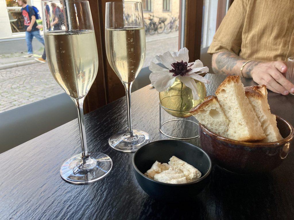 Nyd en aften på Slap Af: Velsmagende mad og lækre cocktails til gode priser